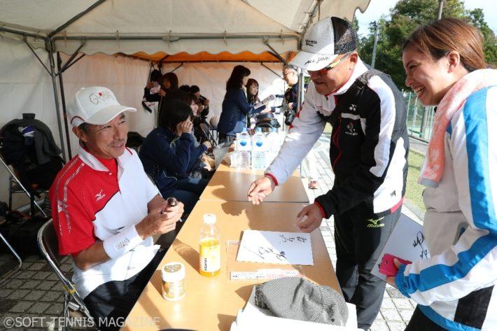 柳葉さんももちろんトーナメントに出場。合間にはサインや写真撮影などに気さくに応じていた