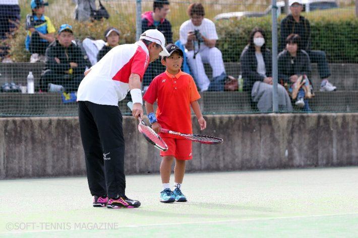 エキシビジョンマッチ。昨年の参加者で、最後まで粘り強く試合をする姿に心を打たれた小学生の佐藤君(右)をペアに指名。抽選で選ばれた小学生ペアを相手に試合を行った