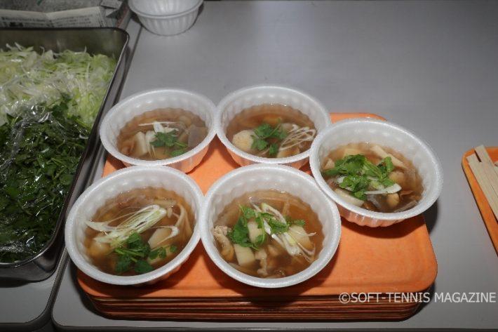 お昼にはあったかくておいしい芋の子汁(写真)とトン汁が