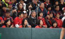 東芝姫路のチームメイトが見守る