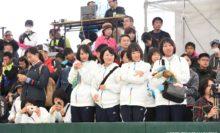 志牟田智美/地中葵の優勝インタビューを見守る神戸松蔭女子学院大の選手たち
