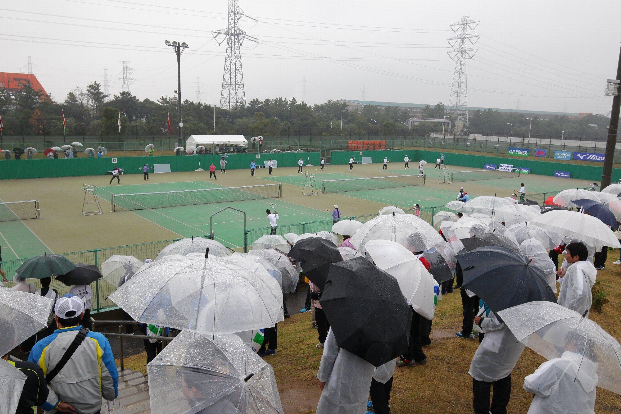 朝からの大雨で試合開始は2時間遅れの11時からに