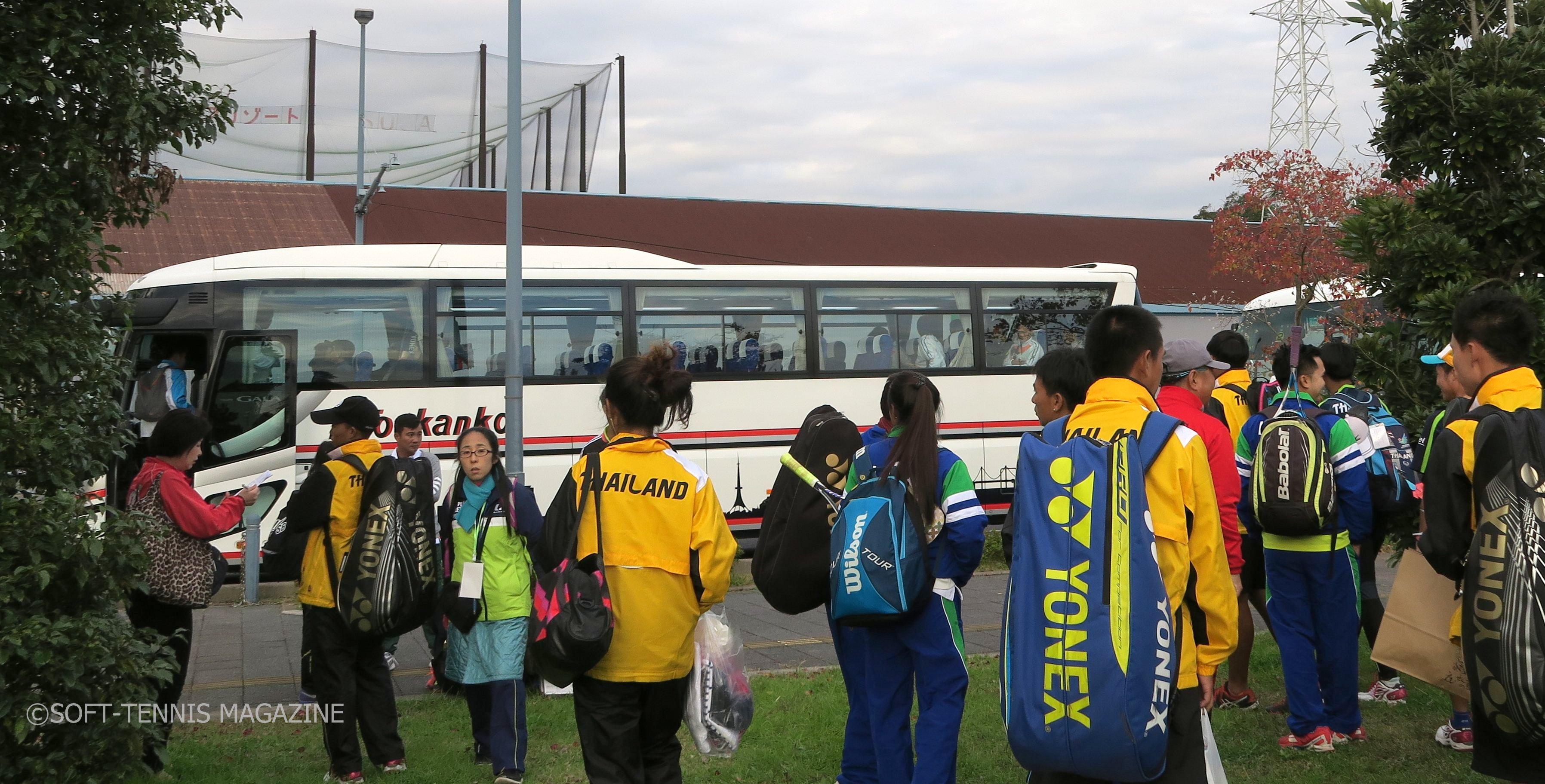 開会式までフクダ電子ヒルスコートで練習した男子日本代表。多くの選手がバスで開会式へ移動