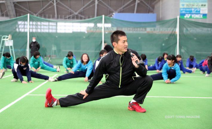 まずは入念にストレッチから。講習会の全体の流れは2016日本代表の小林幸司選手(ミズノ)が考えたもの