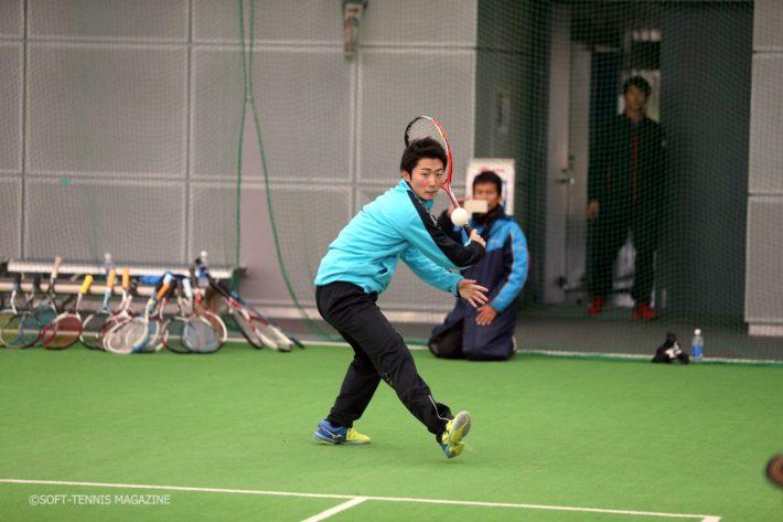日本体育大の村田匠選手。小林幸司選手がストロークの基本から解説しながら、トッププレーヤーが実演という流れ