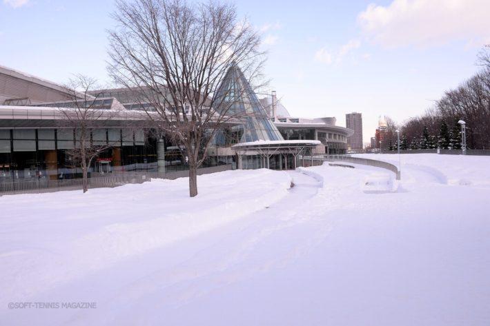 1週間前には大雪に見舞われた札幌。会場の北海きたえーるにもたくさんの雪が残っていた
