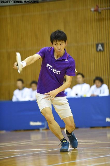 全試合出場の長江光一は、シングルスとダブルスの両方でチームをけん引。ダブルスでは、ルーキー・丸中大明とのペアも