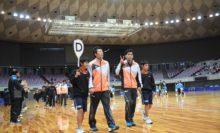 開会式ではジュニア選手が出場選手と手をつないで入場。ソフトテニス・マガジンのカメラマンを見つけた長江選手がピース!