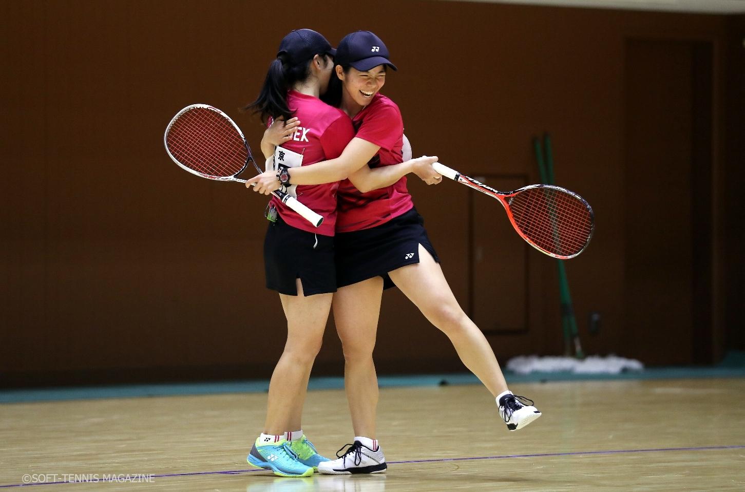 優勝を決めて喜ぶ森田(左)/神谷(ヨネックス)
