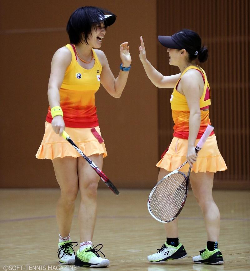 準優勝したワタキューセイモアの河村(左)/石井。予選リーグでは難敵も相手にしながら全勝をマークしたが、決勝は無念