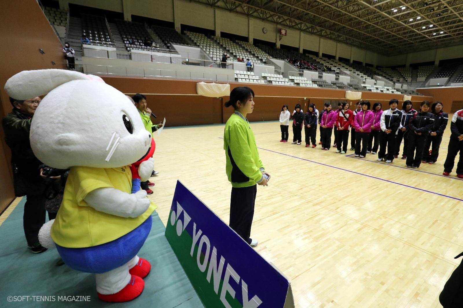 会場にはソフトテニスのマスコット「ソフティ―」も来場。写真は閉会式の様子