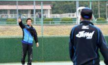 今季から男子コーチに就任した川村達郎コーチ(左、宇部興産)。男子新監督の中堀成生監督(右、NTT西日本広島)とキャッチボール