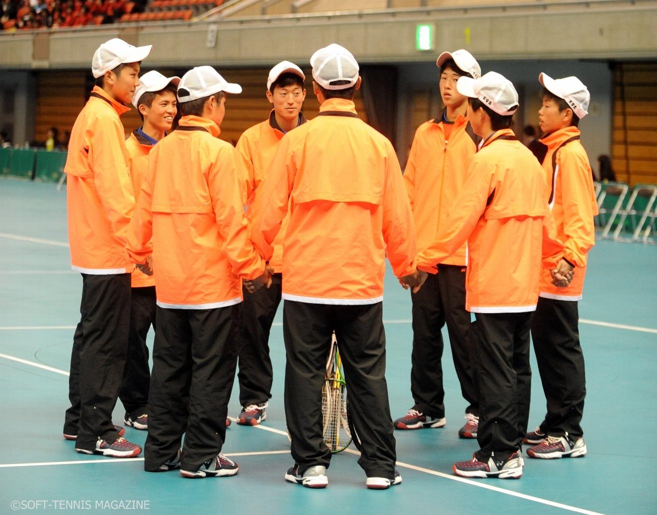 試合前に手をつなぎ輪になる三重高メンバー。内田は左端