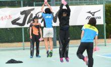 女子は1キロのおもり(ピンクのダンベル)を持ってダンベルを下から上へ振り上げると同時にジャンプするトレーニング!