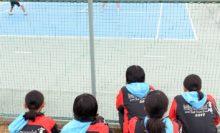 背中に宮崎を背負った中学生が、男子の実戦練習を見つめていた。男子はこの後、シングルス形式も