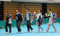 2010年の高校選抜を制し、観客席に笑顔を向ける東北高1年生ペア4人。左から中津川監督、船水、九島、丸中、鈴木