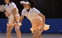 【女子ダブルス】ダンロップの大羅夢真(奥)/大槻麗(手前)。大槻は昨年ペアの小谷菜津美がシングルスで出場し、2年目の大羅と組んで8強