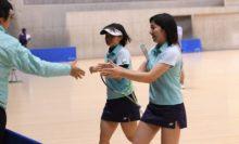 【女子ダブルス】中本監督とがっちり握手。仕掛けの引き出しが多く、監督の攻めるテニスを体現する高橋乃綾/半谷美咲(どんぐり北広島)