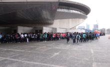 東京体育館に長蛇の列。伝統の『女子選抜』と記念すべき『第1回男子選抜』を見るため、多くの観客が訪れた