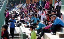 快晴に恵まれた奈良県・明日香庭球場。たくさんの高校生の姿が