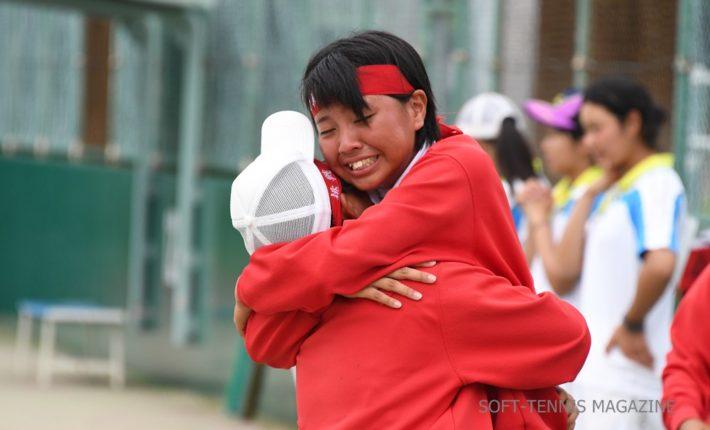 沖縄・女子団体優勝の名護。はちまきには「挑戦」
