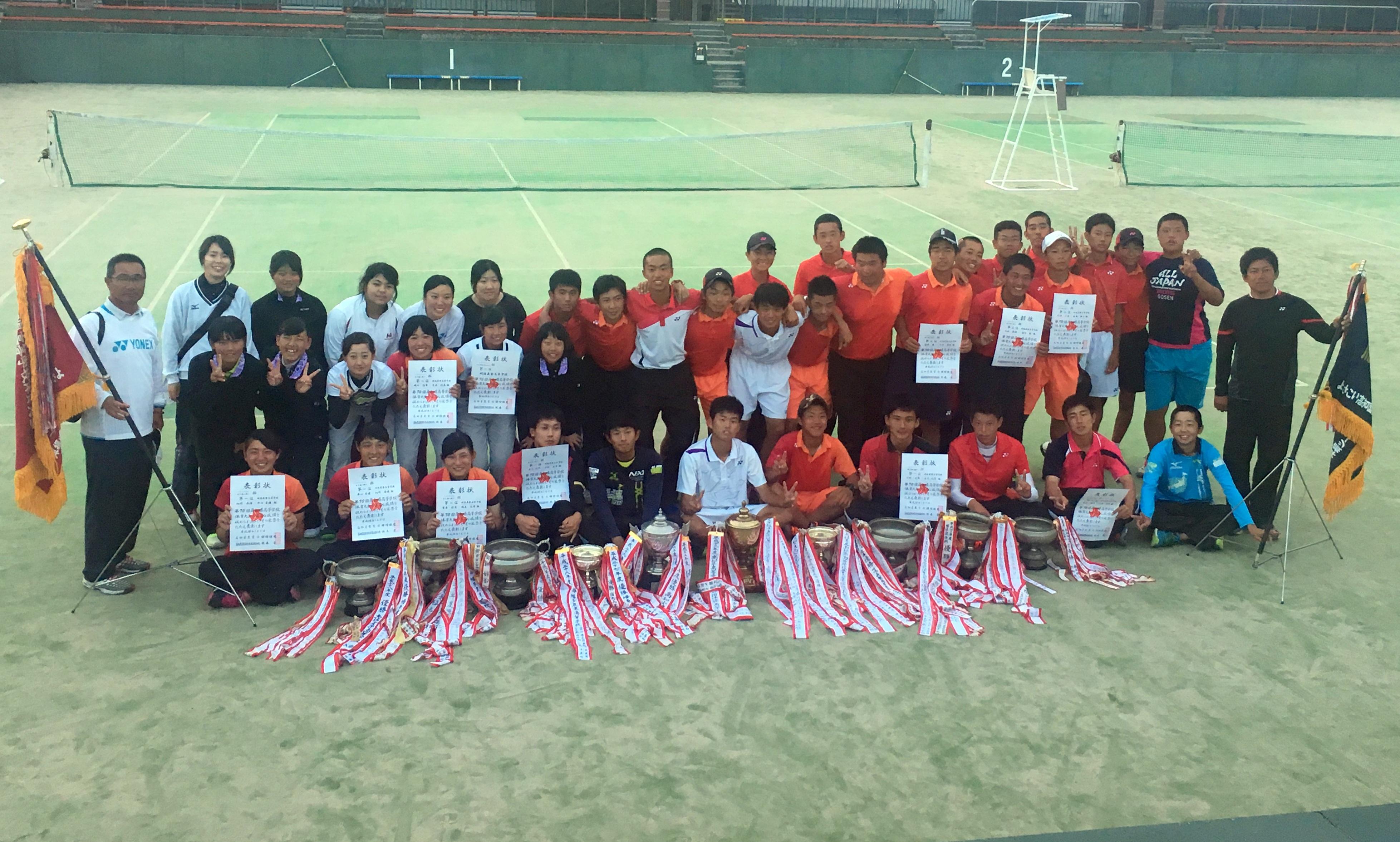 画像2: ※5月23日:記事掲載。30日:写真を追加し記事加筆しました 高知県では高知市東部テニスコートで5月20、21日に全国総体予選が行われた。 男女とも明徳義塾が頂点に立ち、男子は4年連続14回目、女子は5年ぶりのインターハ [...] www.softtennis-mag.com