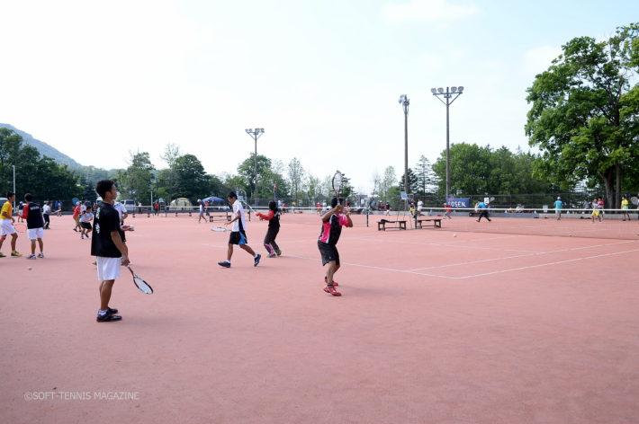好天の円山庭球場で練習に励む高校生たち。