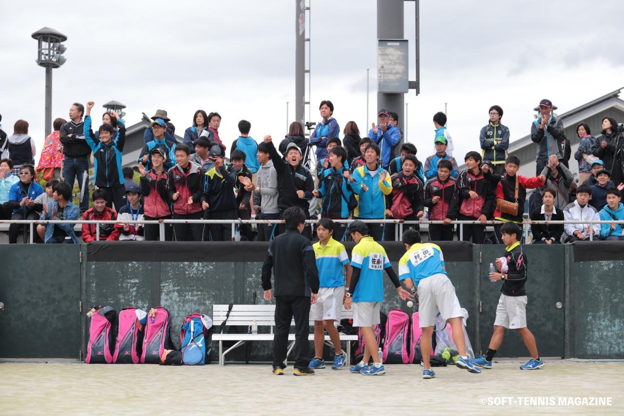 準々決勝以降は2面展開で行われたが、羽黒ベンチは2つのコートの中央で声援を送り続けた