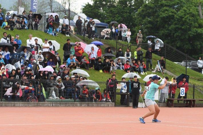 ときおり雨の降る中、試合は進行した。