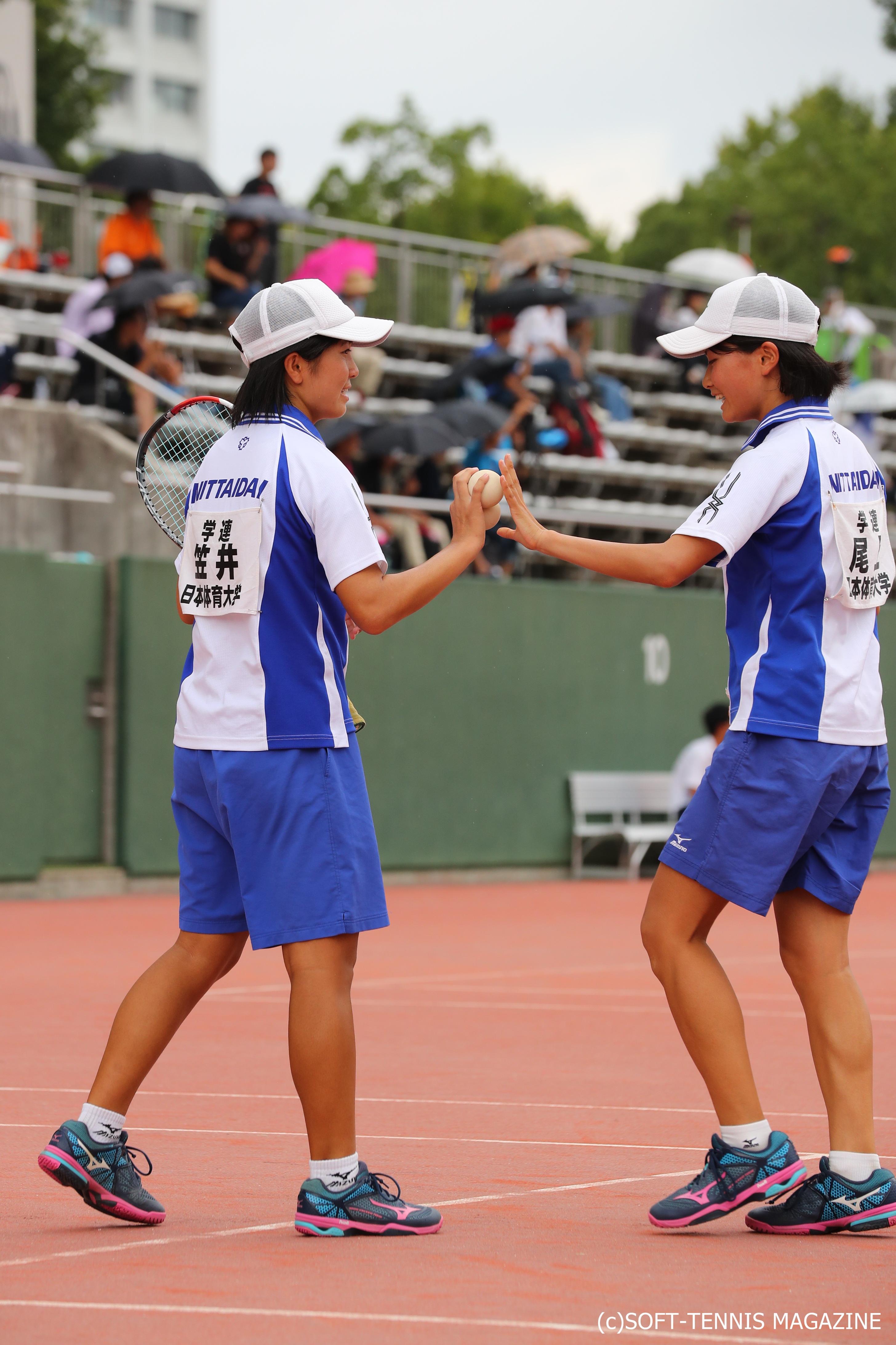 日本体育大1年の笠井佑樹(左)、同2年の尾上胡桃のインカレダブルス準優勝ペア。U-20女子ダブルスでは2回戦負けも、尾上はU-20女子シングルスで連覇達成