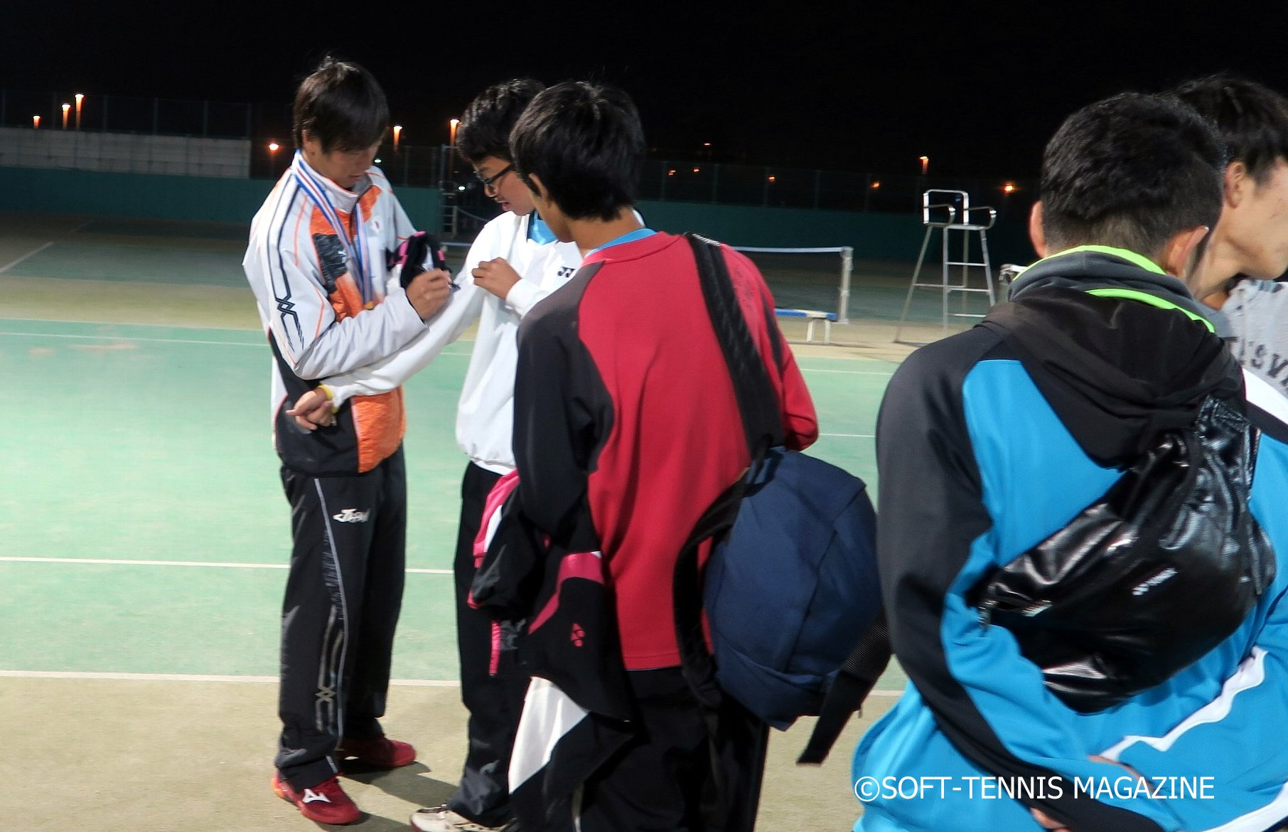 洋服にサインする増田健人選手