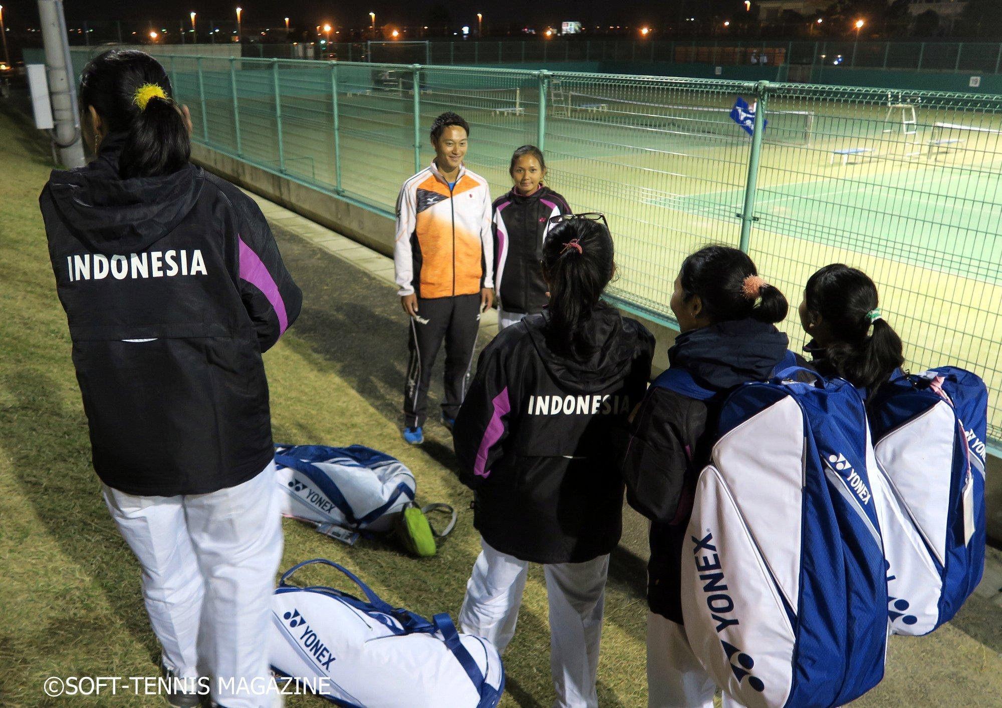 船水兄弟が子供たちに写真をお願いされているそばで実はインドネシアチームもいたのですが、どうやら雄太選手と写真を撮りたかった様子で、移動が近付きコートを後にしようとする雄太選手に写真をお願いしていました