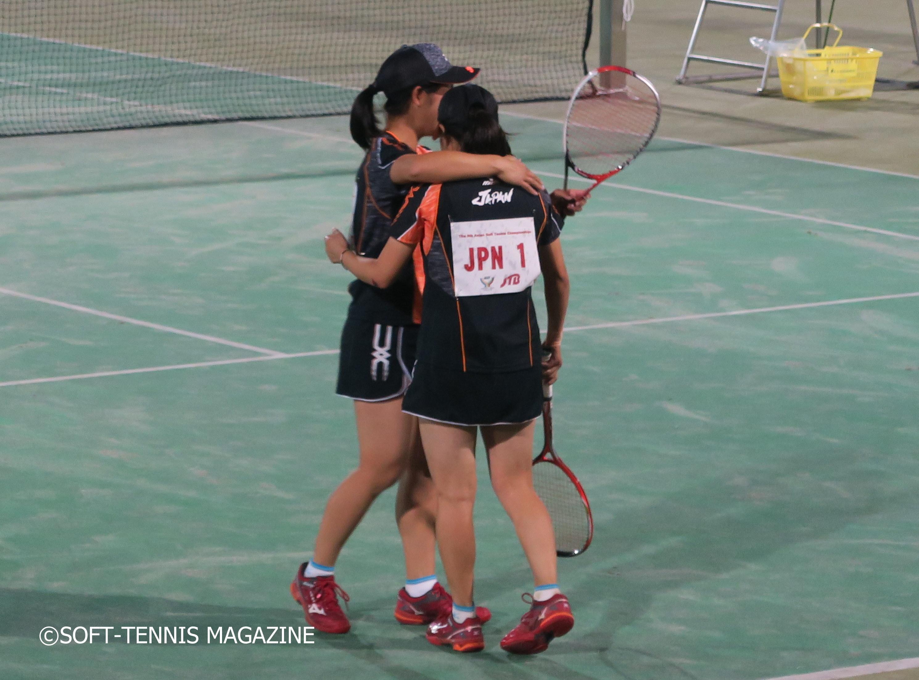 韓国ペアを下した森田/神谷は抱き合って喜ぶ