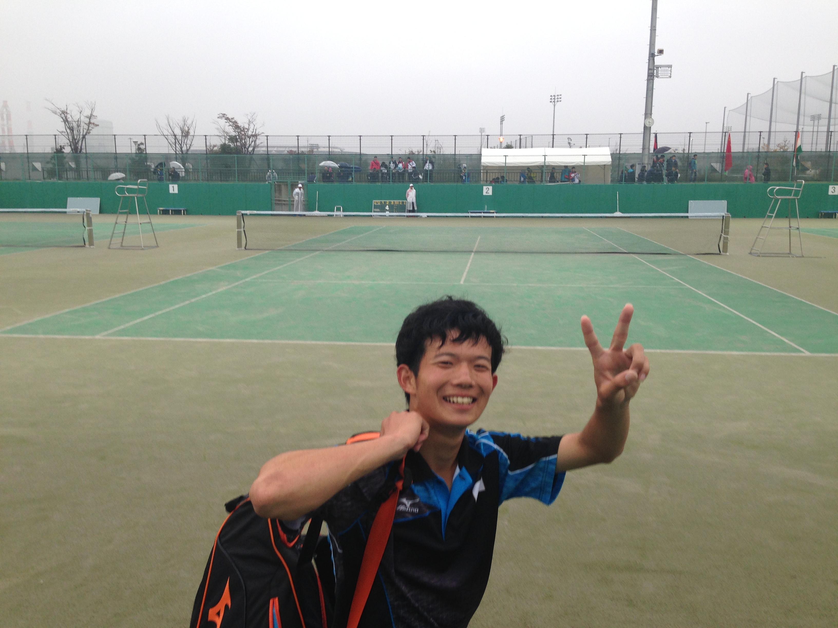 ドンフン組に勝利して笑顔の内本。昨日のシングルスに続き大活躍!