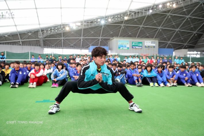 早稲田大2年の船水颯人選手も、教える側として参加。小林選手の解説を実演します。股関節やわらか!