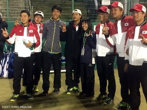韓国選手と表彰式で記念写真を撮っていた。「プレーがすごかったので一緒に写真を撮ってもらいました」と岡崎さん