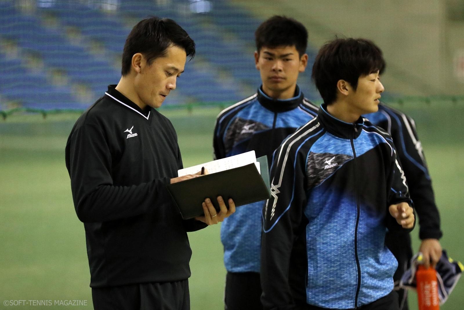 シングルスを見て、メモを取る堀晃大・U-20コーチ