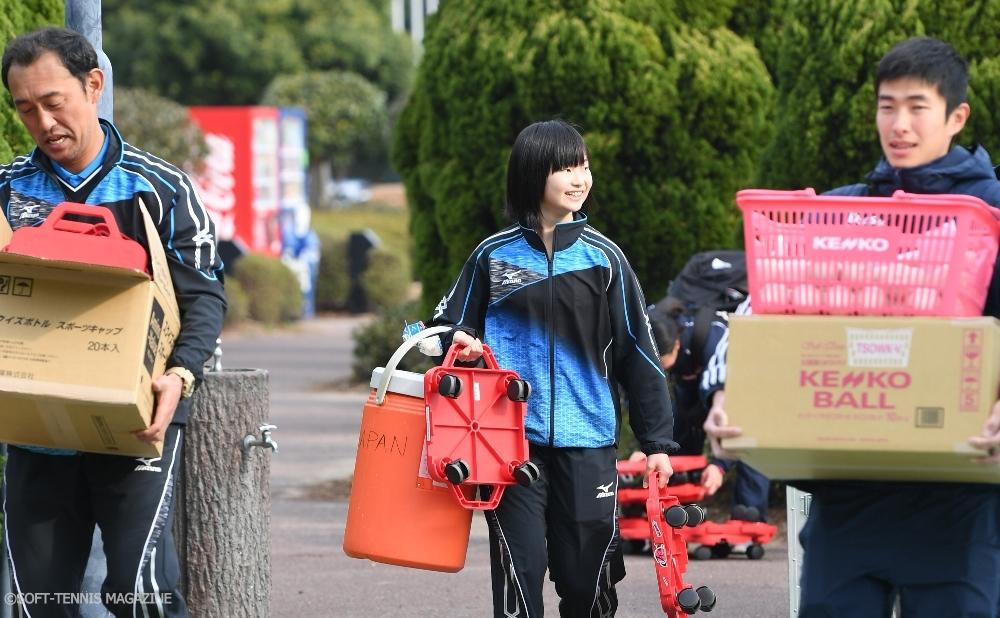 U-17からナショナルチームに復帰した貝瀬ほのか(中、和歌山信愛高校3年)。朝一、スタッフや高川コーチ(左)とともにトレーニング用具を運びます