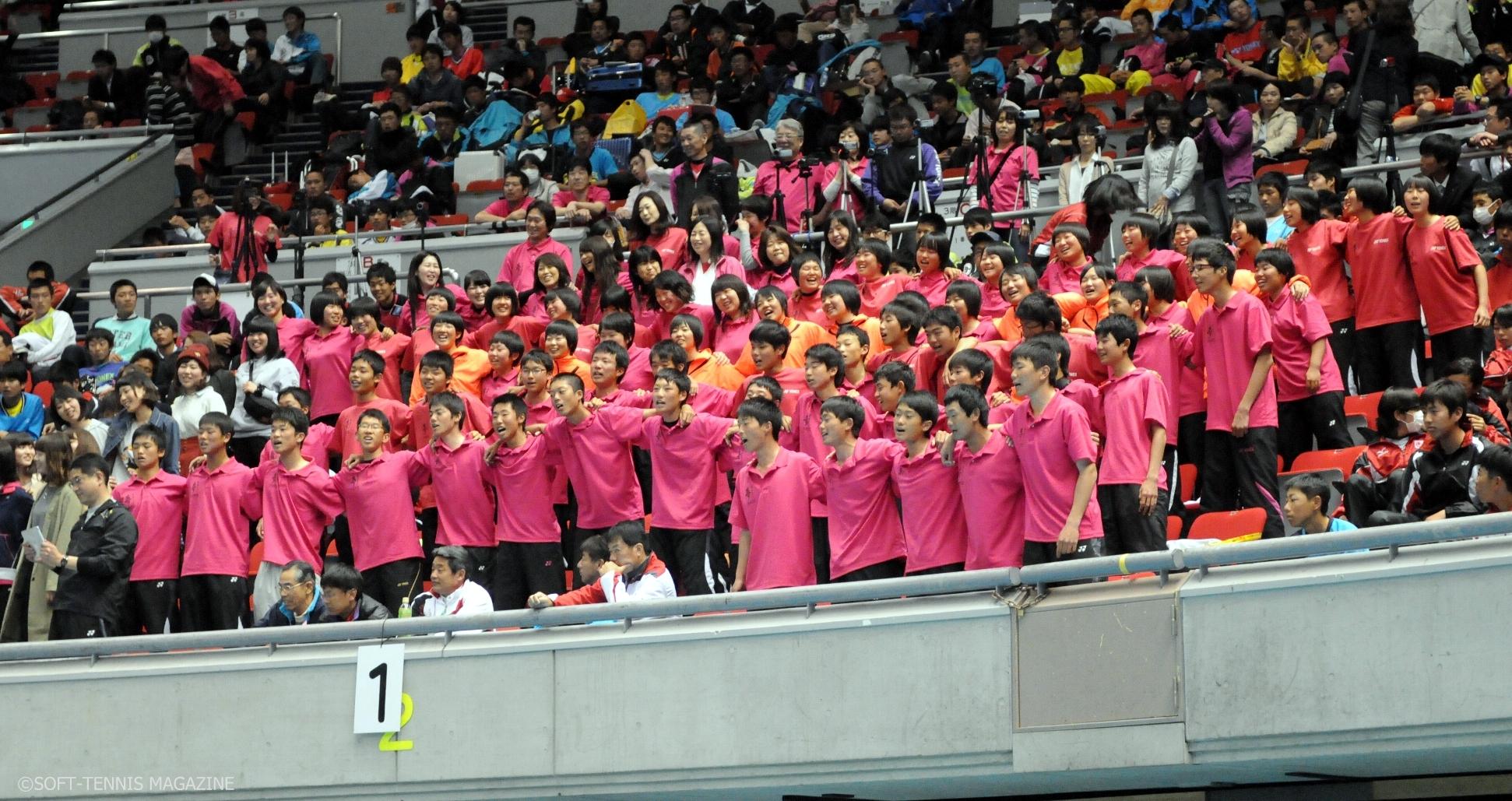 三重と同じ東海地方での開催、三重高のたくさんの仲間が声援を送っていた。「VIVA MIEKO!」