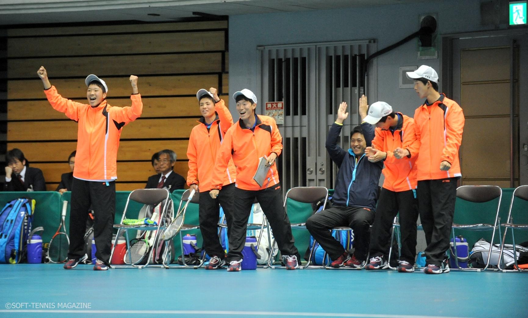 チームメートを応援する内田(左端)