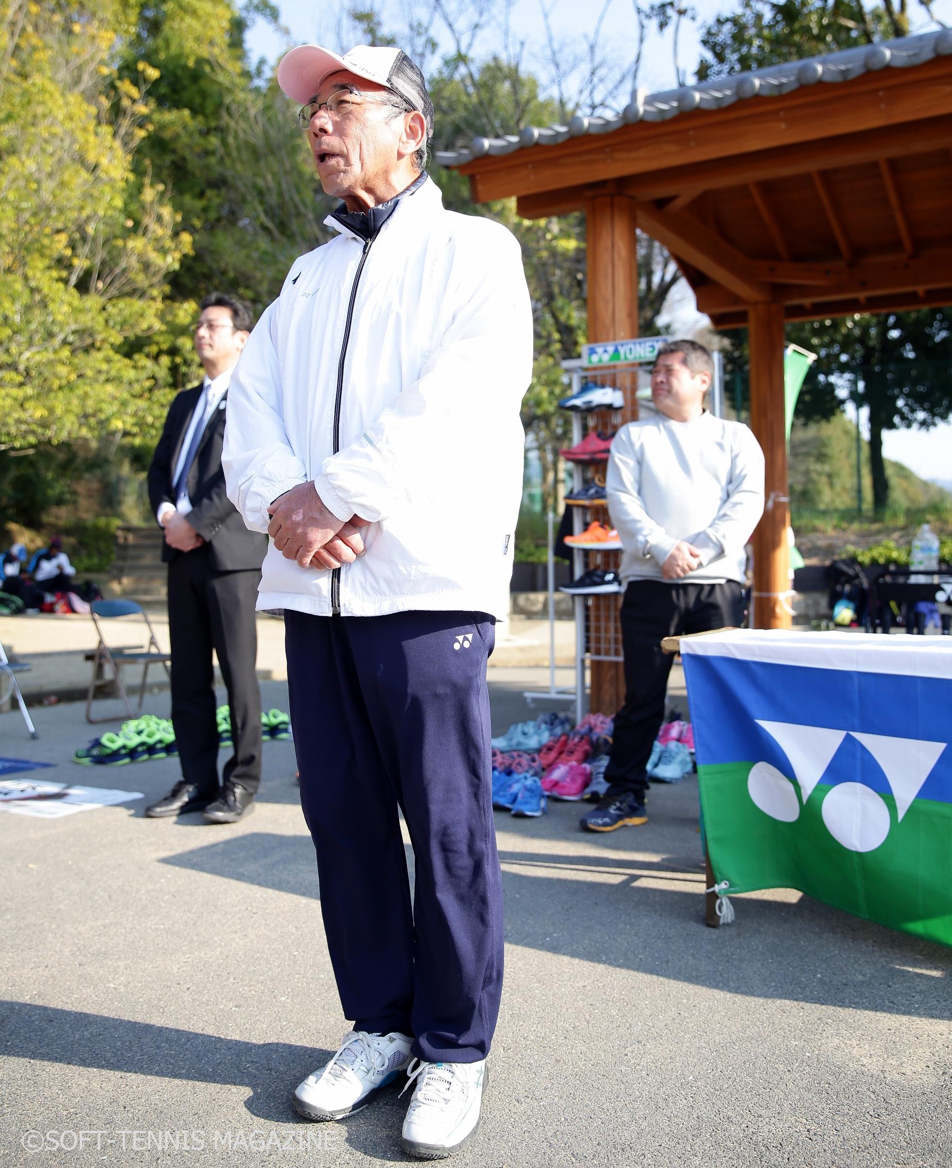 表彰式で総評を語る指導者の高校ソフトテニスを発展させる会・楠征洋会長