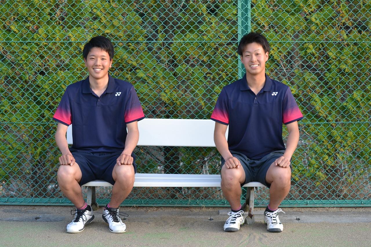 早稲田大軟式庭球部のテニスコートにて、内田理久(左)、上松俊貴(右)
