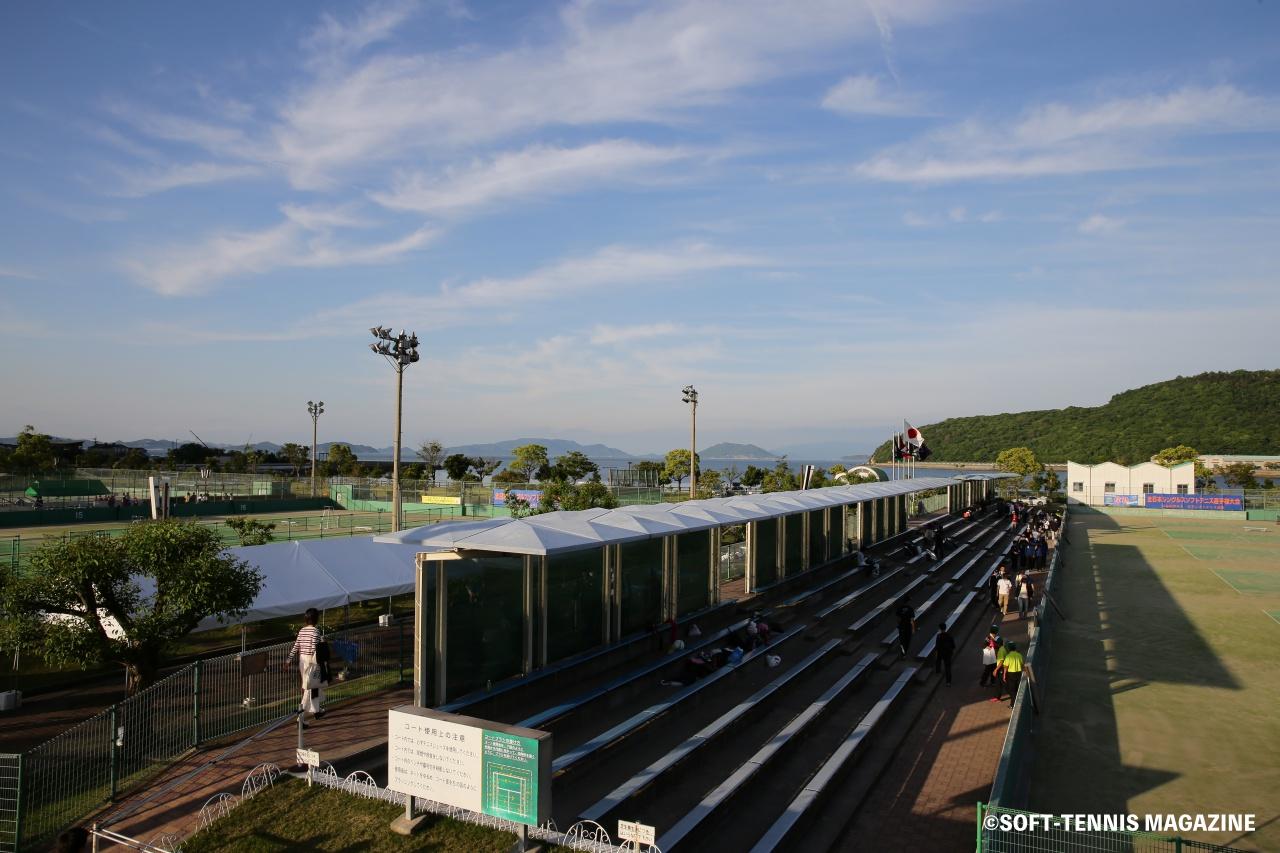 会場の香川県総合運動公園県営テニス場は、山と海に囲まれている